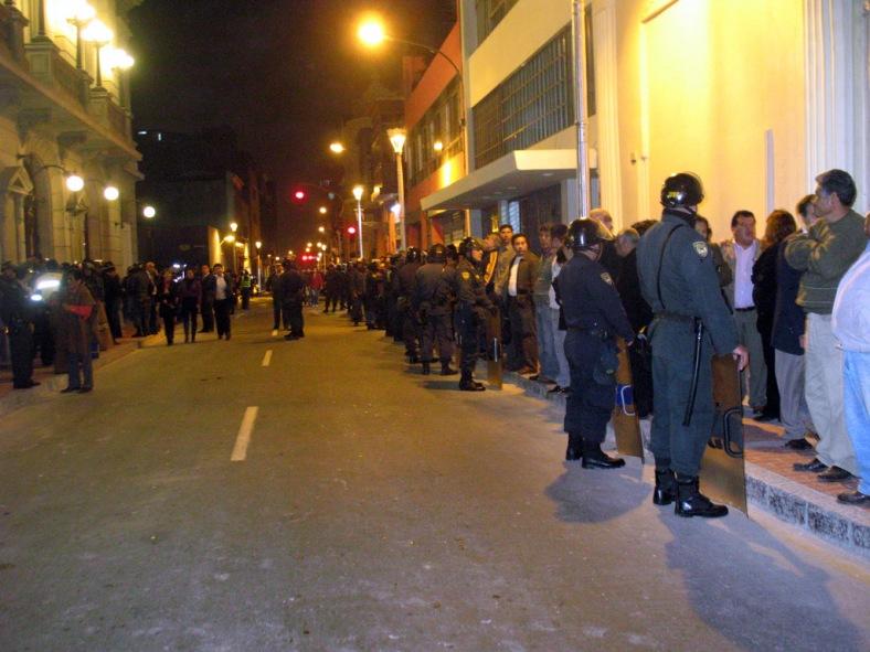 Policía impidiendo que la gente apostada en la vereda se acerque.