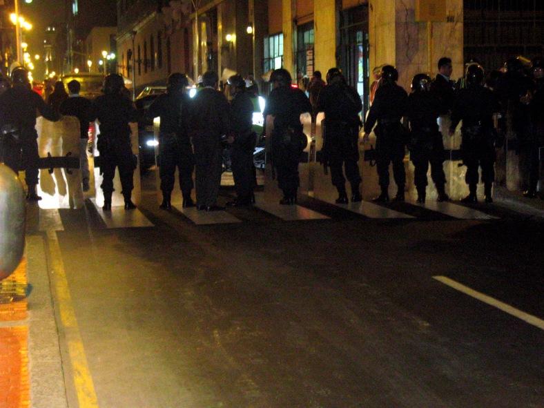 Barricada policial en la esquina de Ica con Cailloma